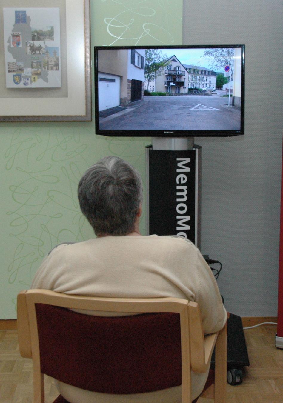 Frau vor MemoMoto in Echternach